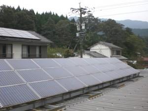 店舗上の設備(手前)と自宅屋根上の設備
